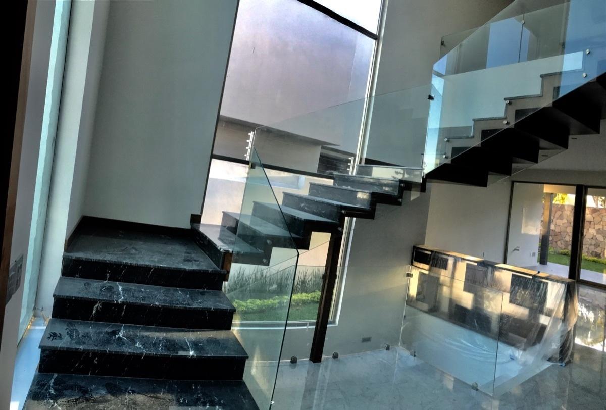 17 de 23: Escaleras con mármol y cristal