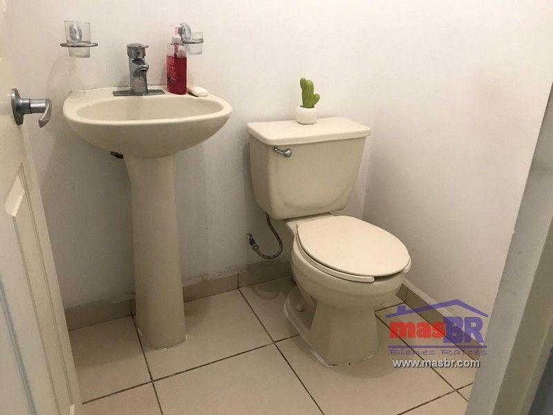 6 de 19: Medio baño social