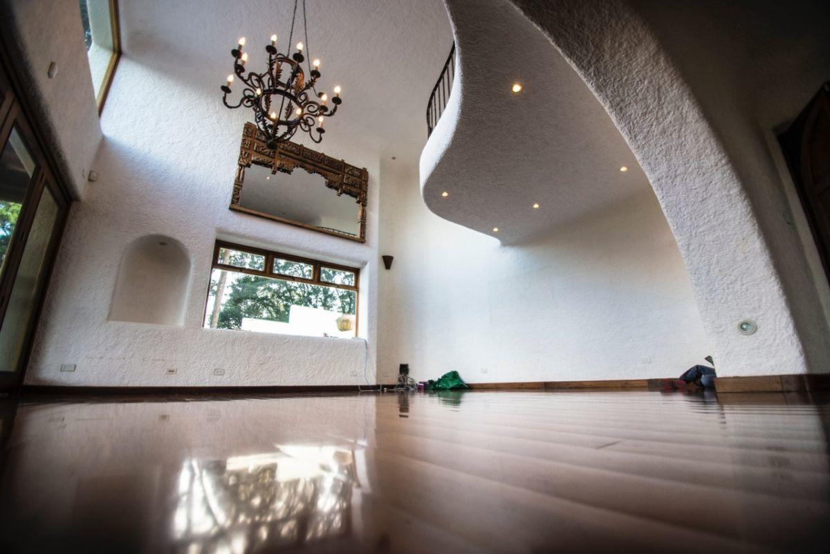 6 de 20: Sala principal con doble altura