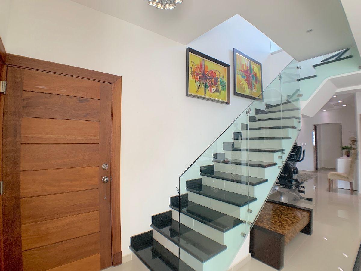 8 de 22: Escalera moderna al 2do. nivel