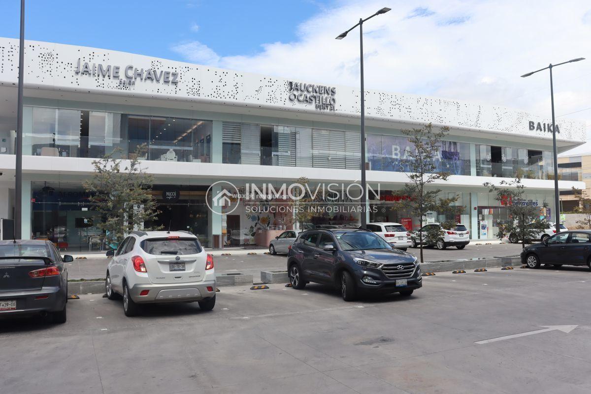 16 de 16: Plaza comercial con estacionamiento público/clientes