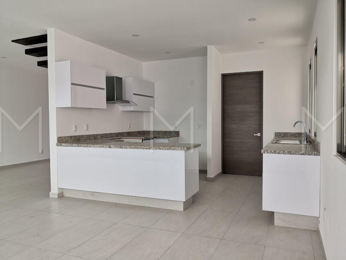 12 de 32: Cocina y puerta de acceso a lavandería y cuarto de servcio