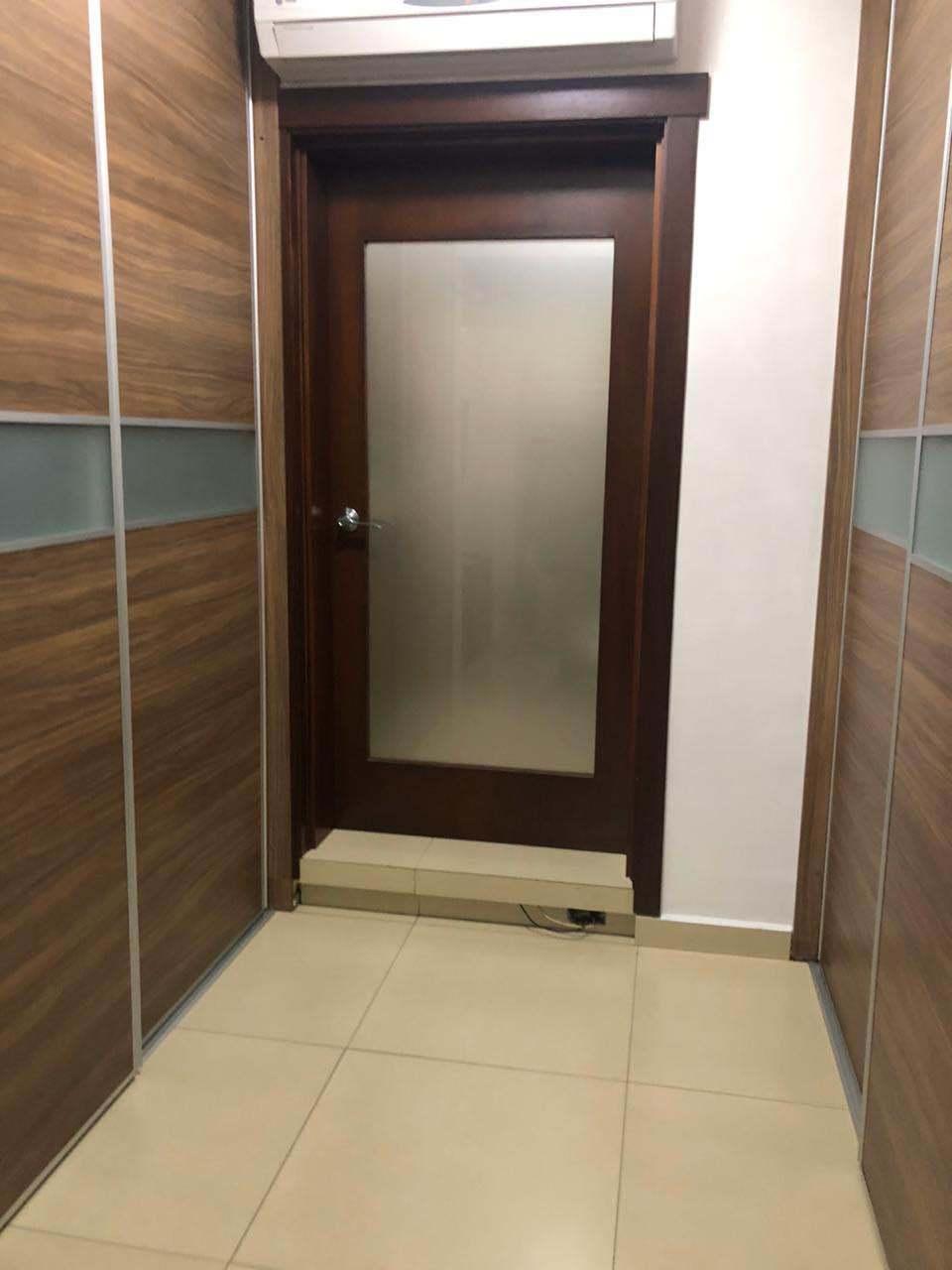 8 de 26: Walking closet y puerta del baño principal.