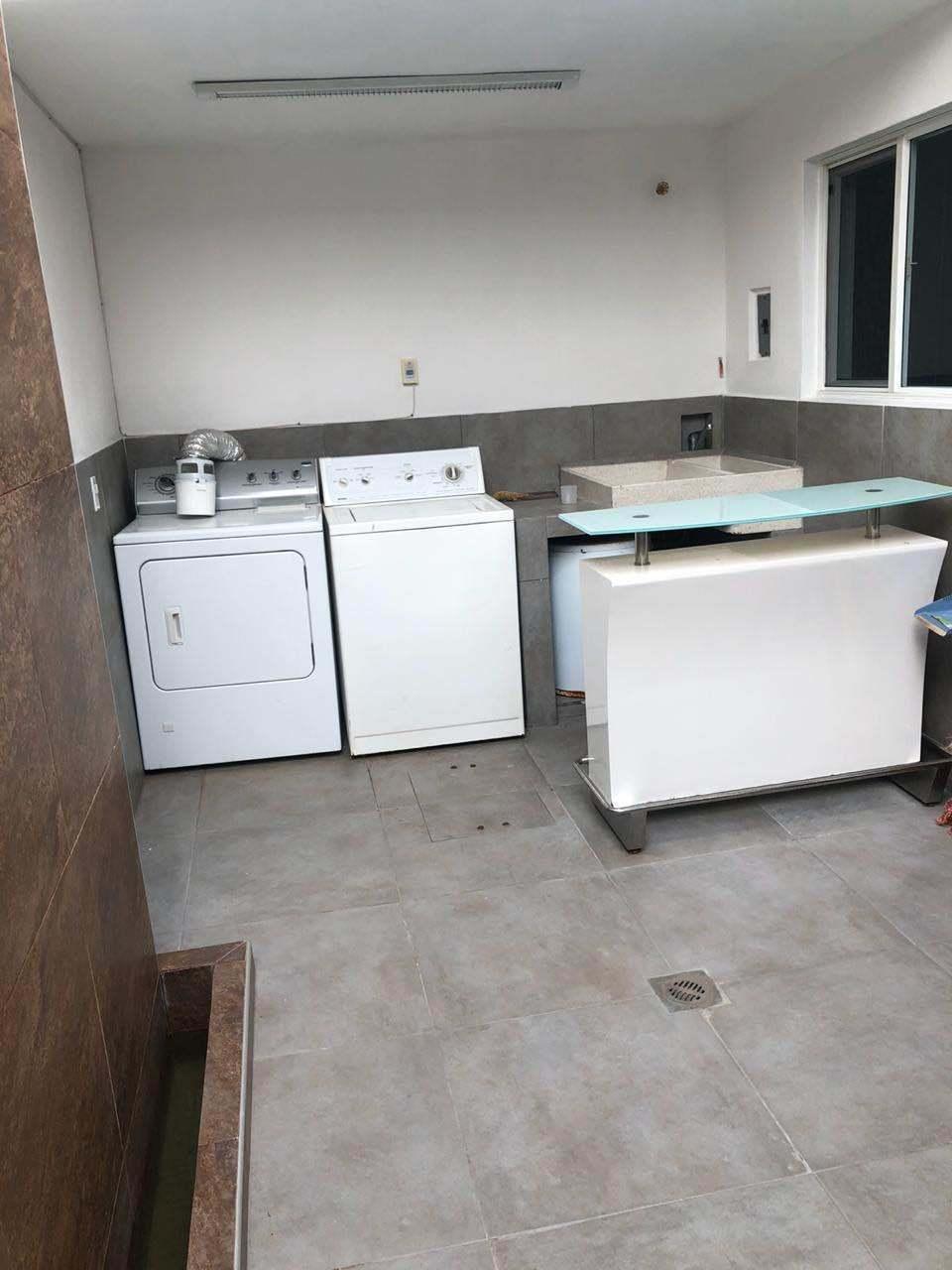 9 de 26: Área de lavado en patio exterior semi techado.