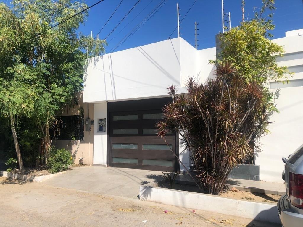 1 de 26: Frente de la casa, portón eléctrico.