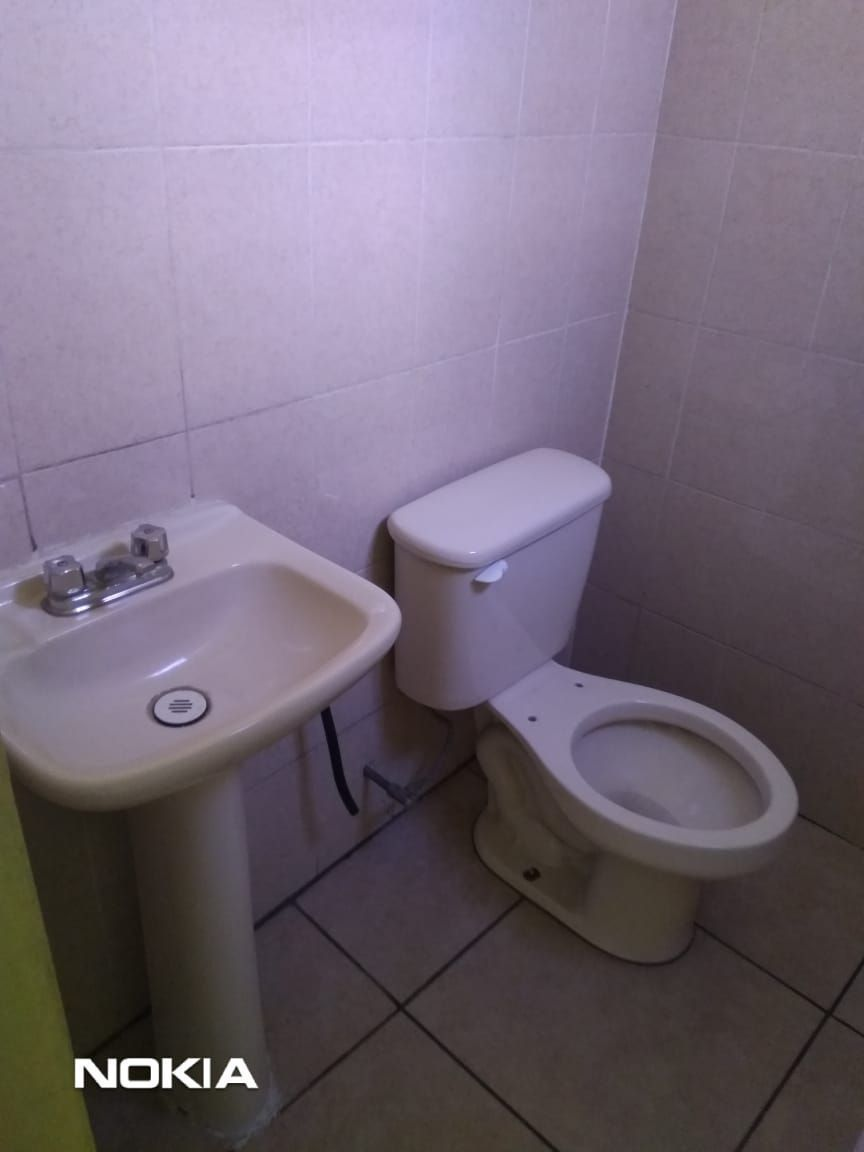 6 de 8: Medio baño local 1