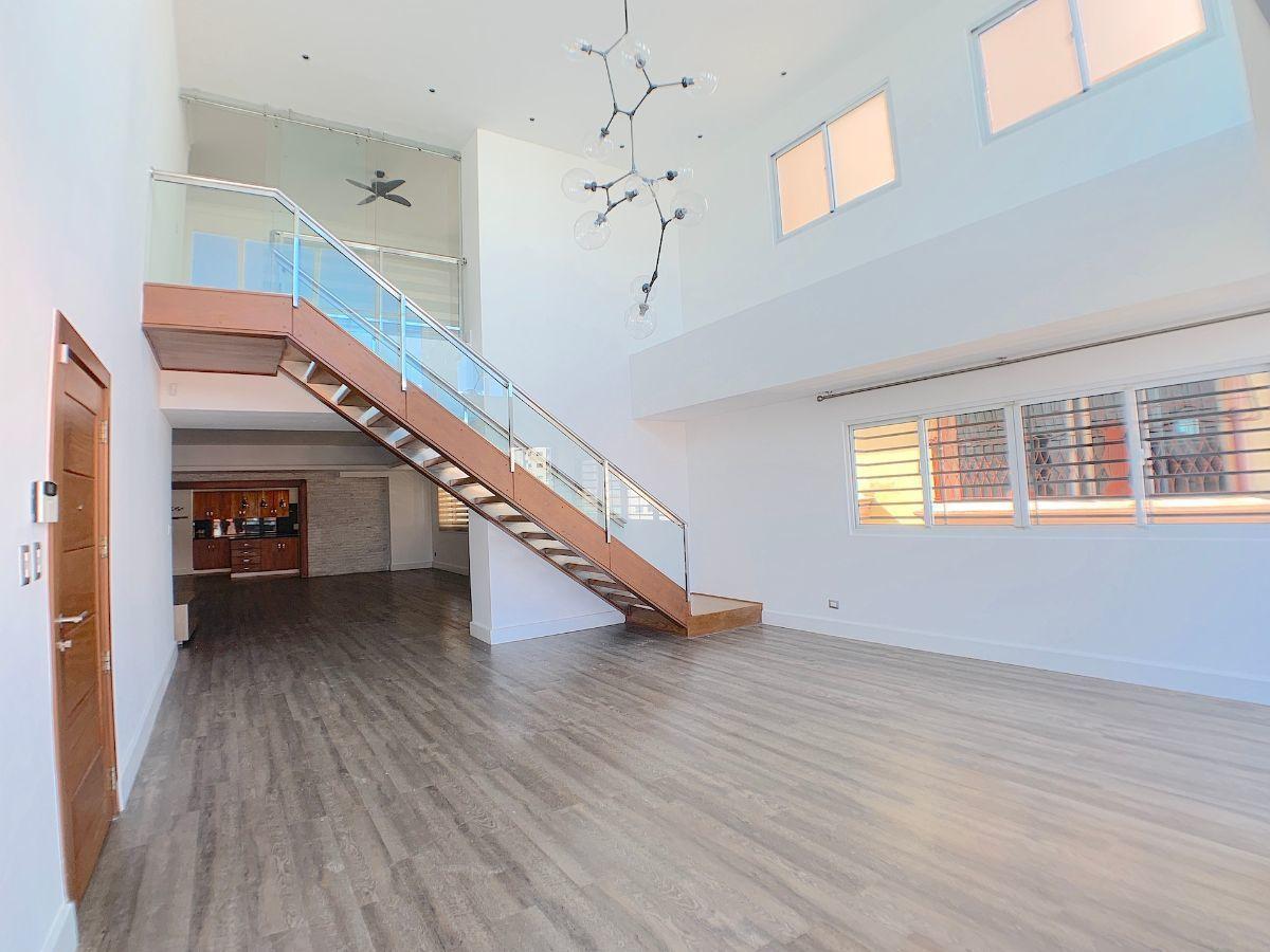 1 de 25: Amplia área de sala y comedor con doble altura
