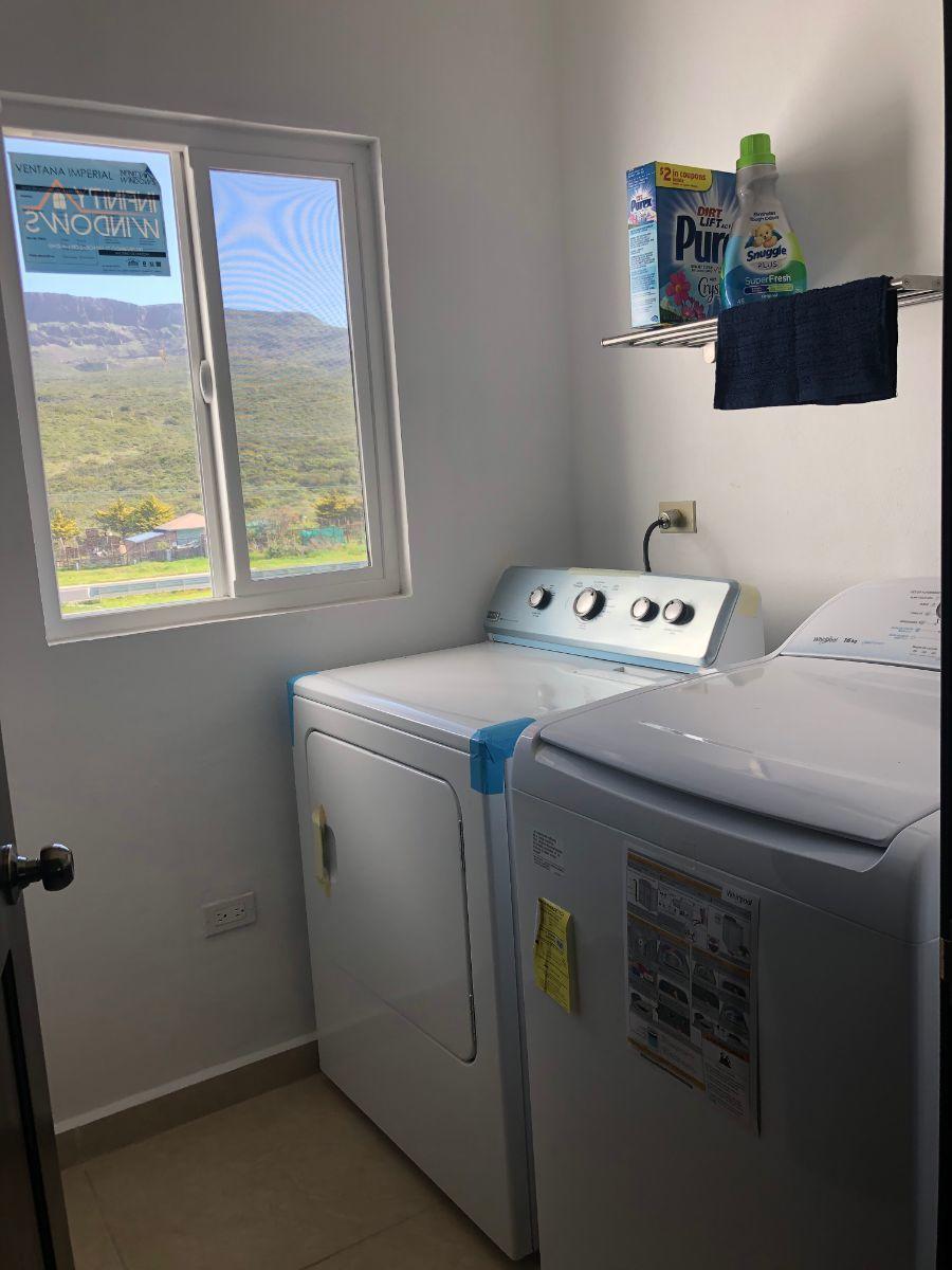 12 de 16: Cuarto de lavado con lavadora, secadora y boyler