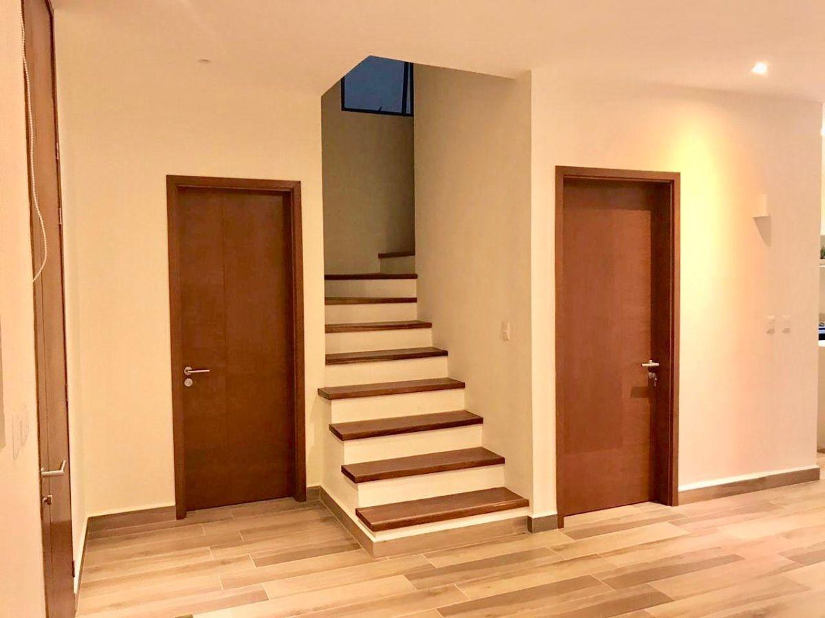 2 de 31: vista al medio baño , bodega y escaleras