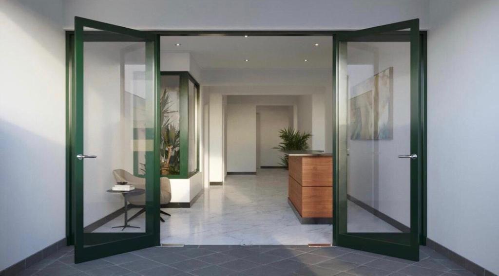 3 de 8: Lobby elegante e iluminado.