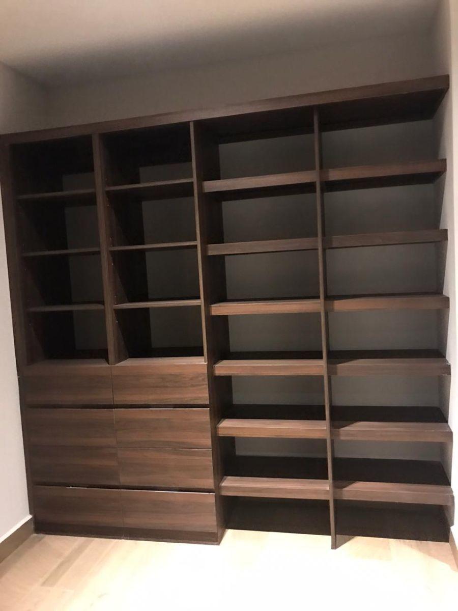 10 de 17: amplios vestidores con muebles de calidad