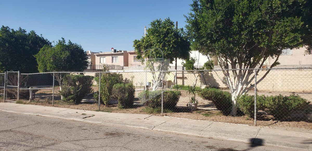 16 de 18: Parque a del residencial ubicad 2 casas