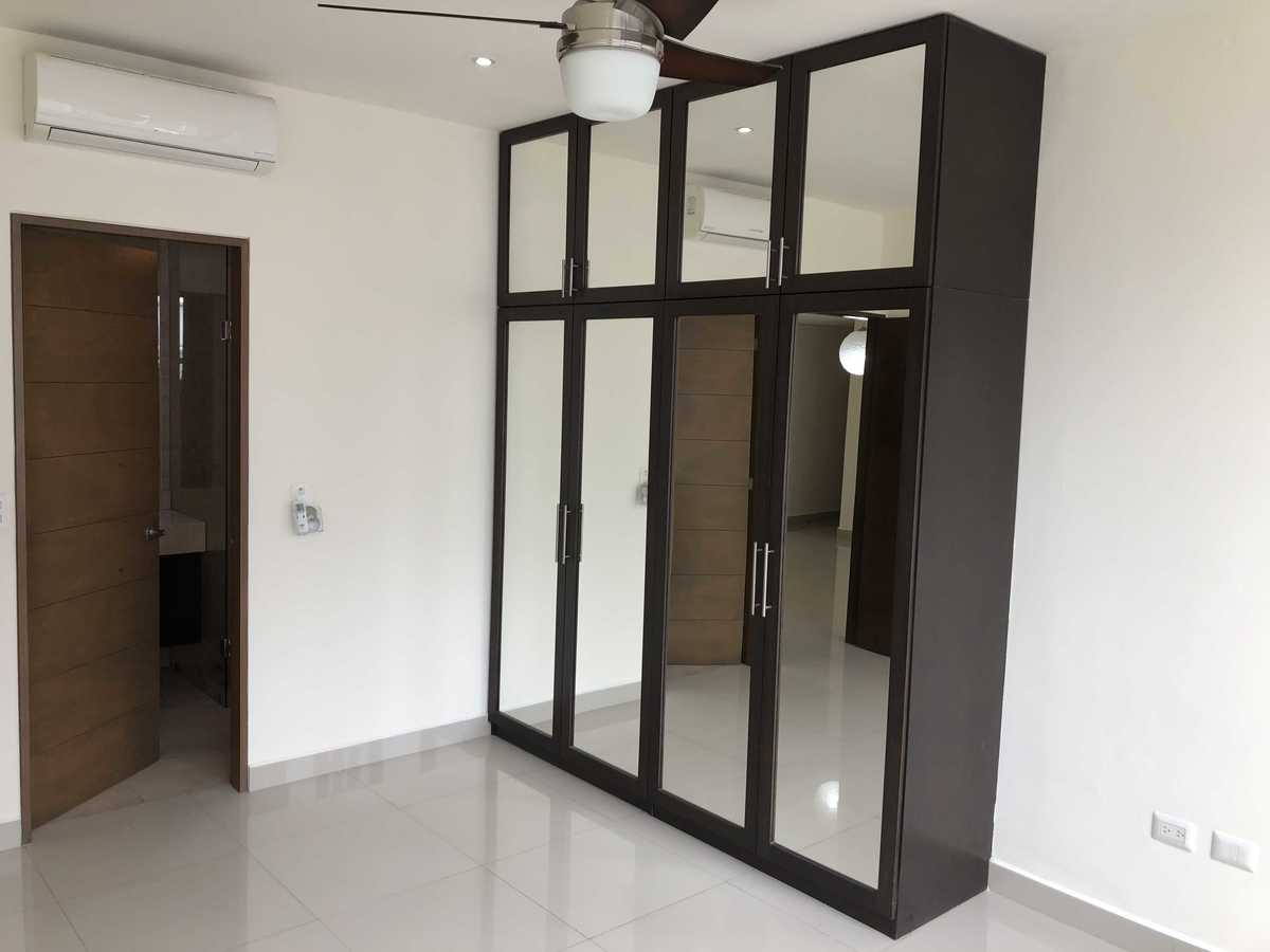 9 de 27: Clóset con puertas de espejos, minisplit y ventilador