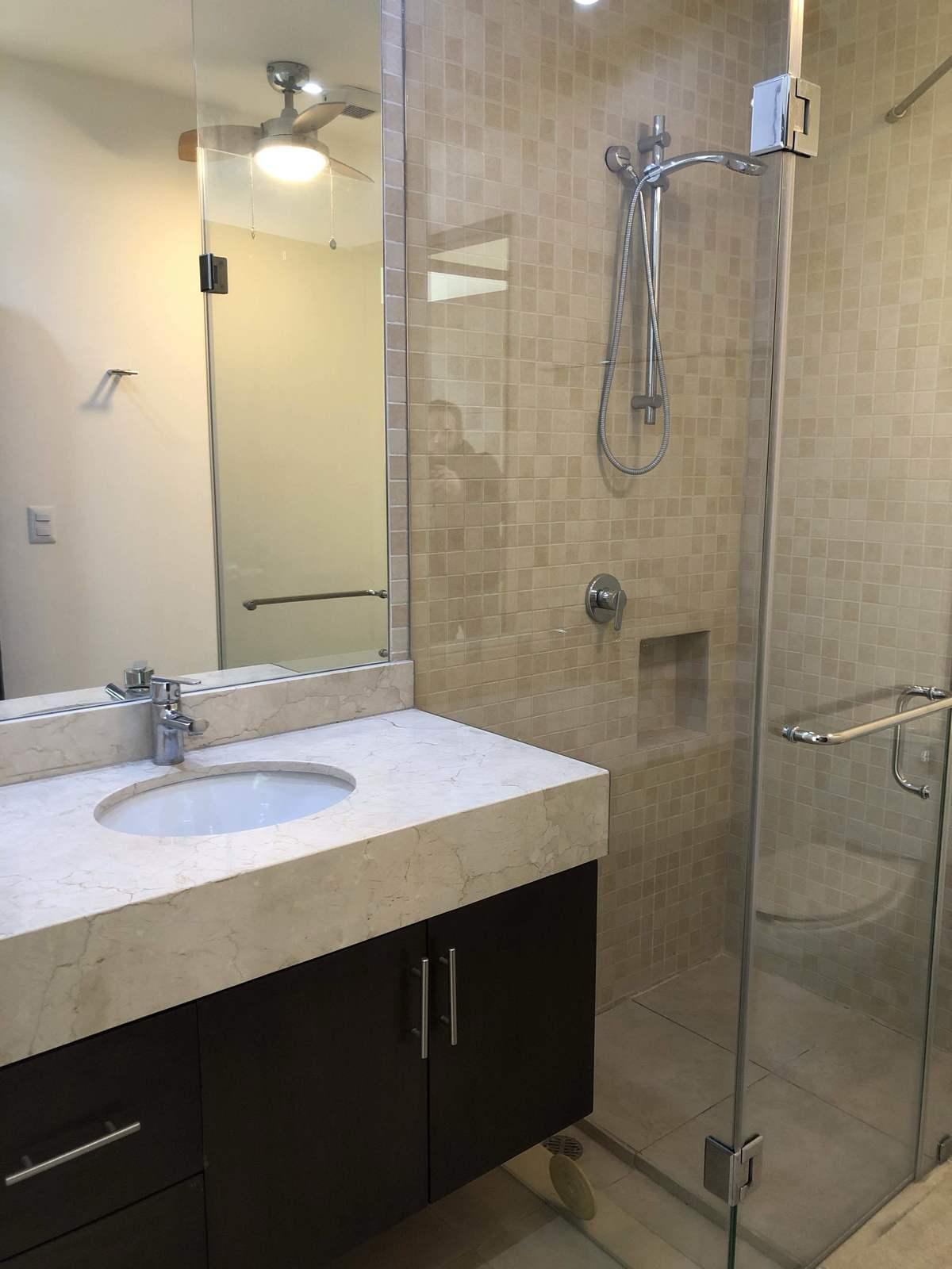 10 de 27: Baño de visitas/cuarto con cancelería