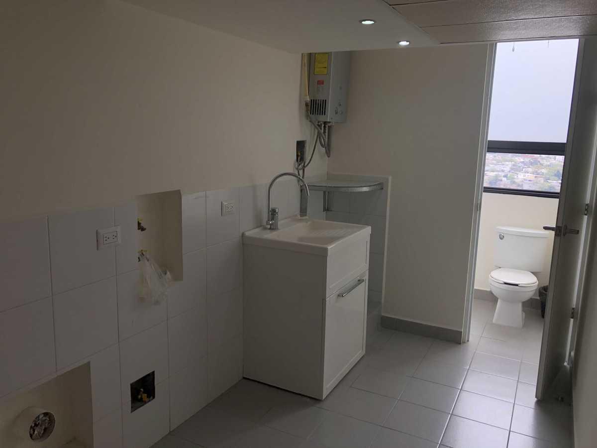 17 de 27: Cuarto de lavado con tarja, boiler y baño completo
