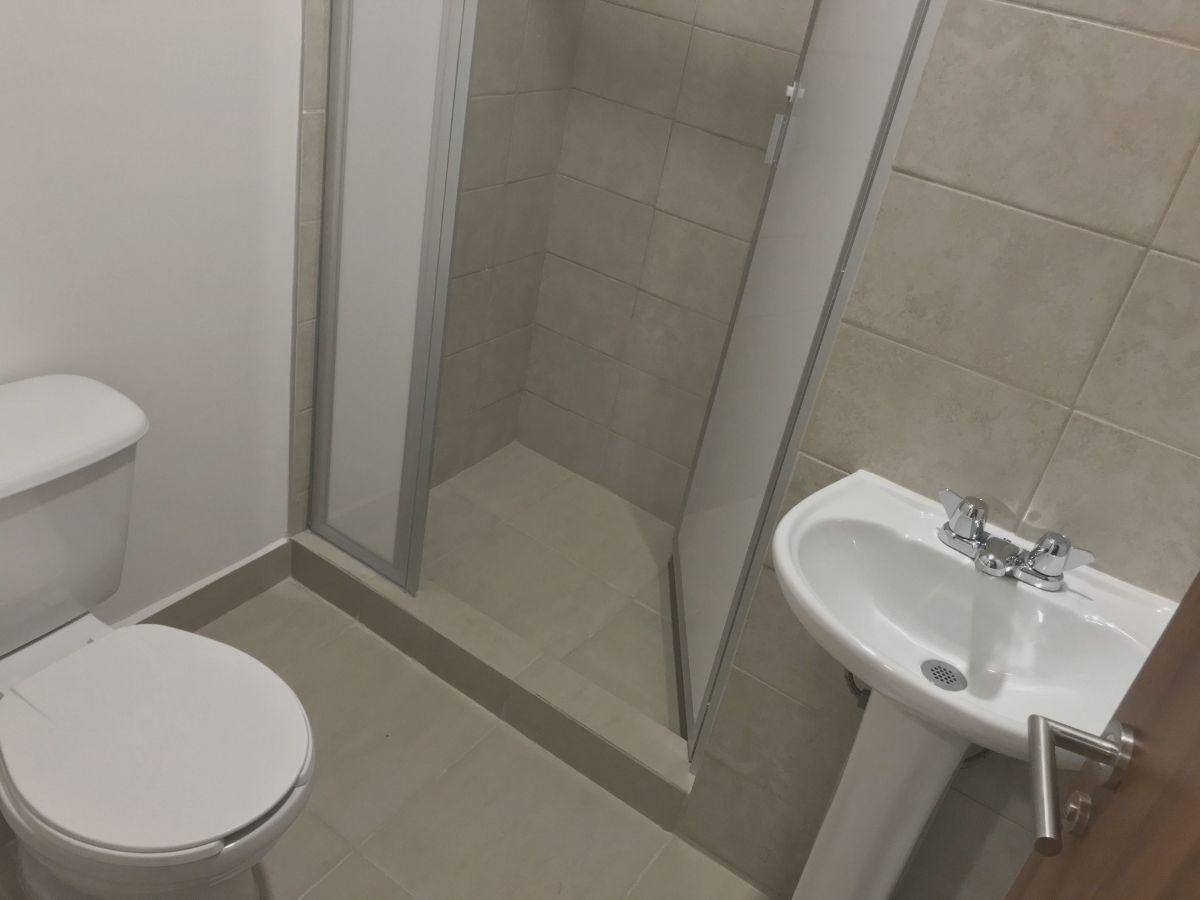19 de 35: Baño completo de recámara de servicio
