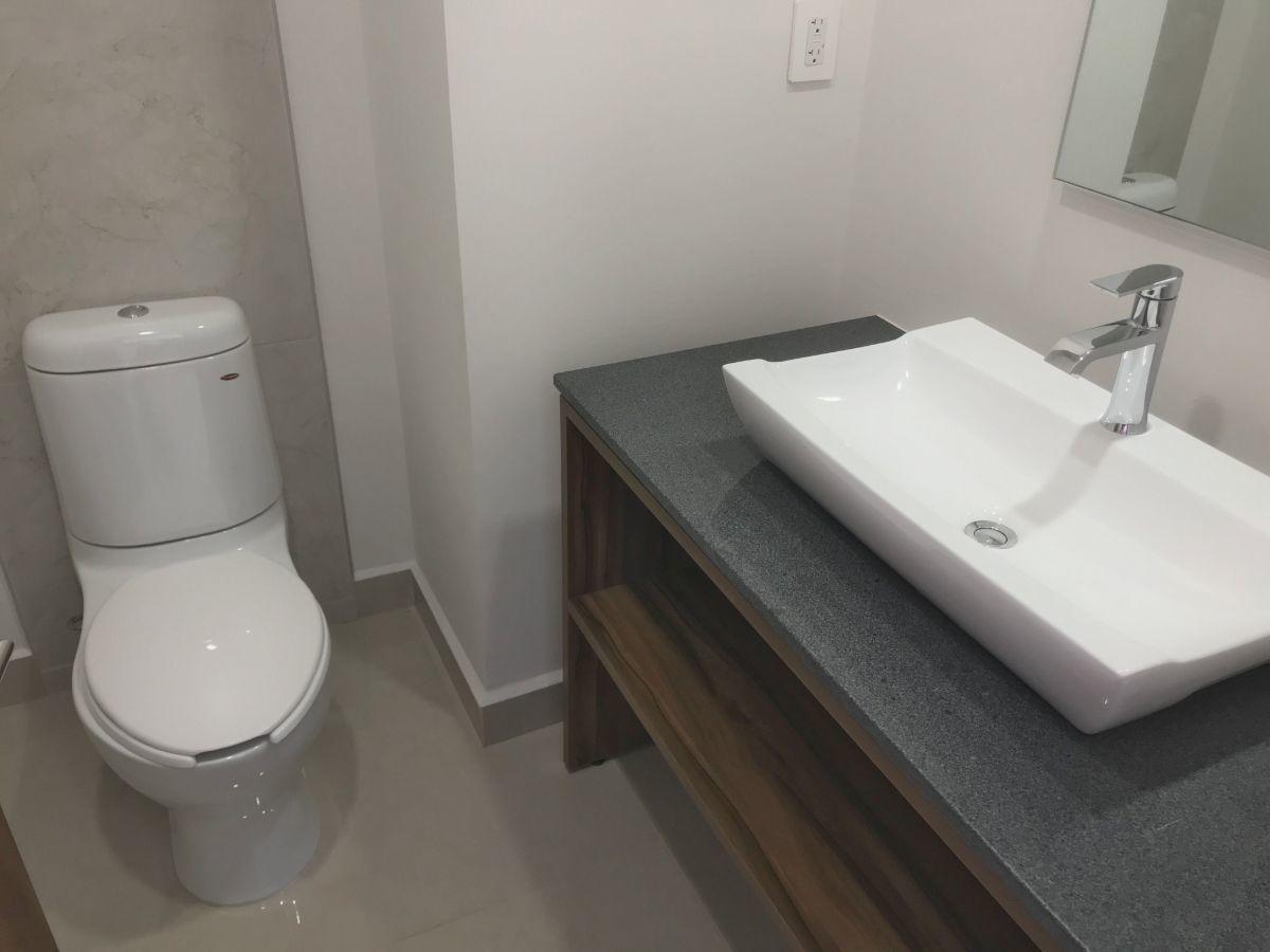 21 de 35: Medio baño de visitas
