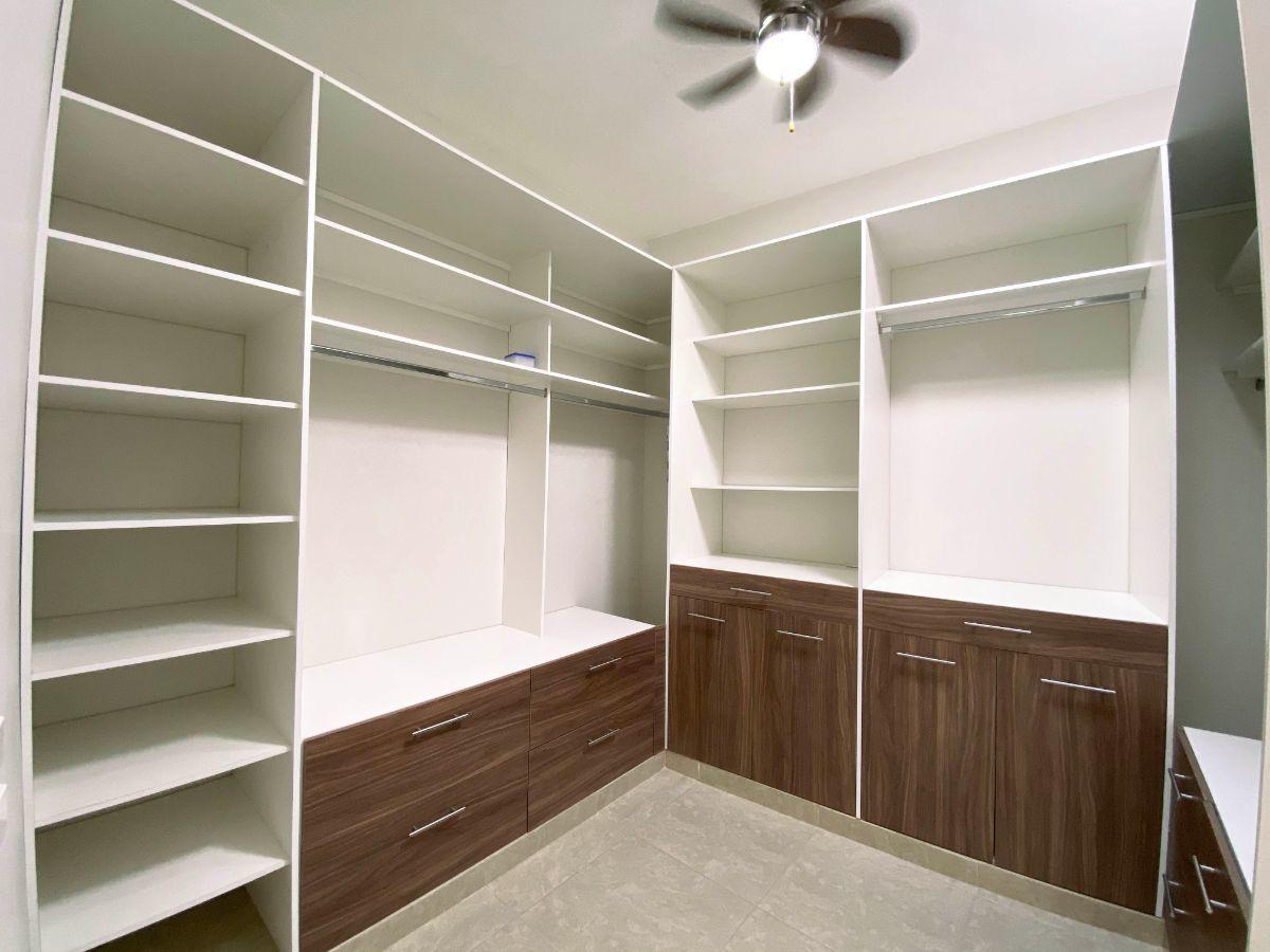 20 de 34: Closet vestidor de recámara principal