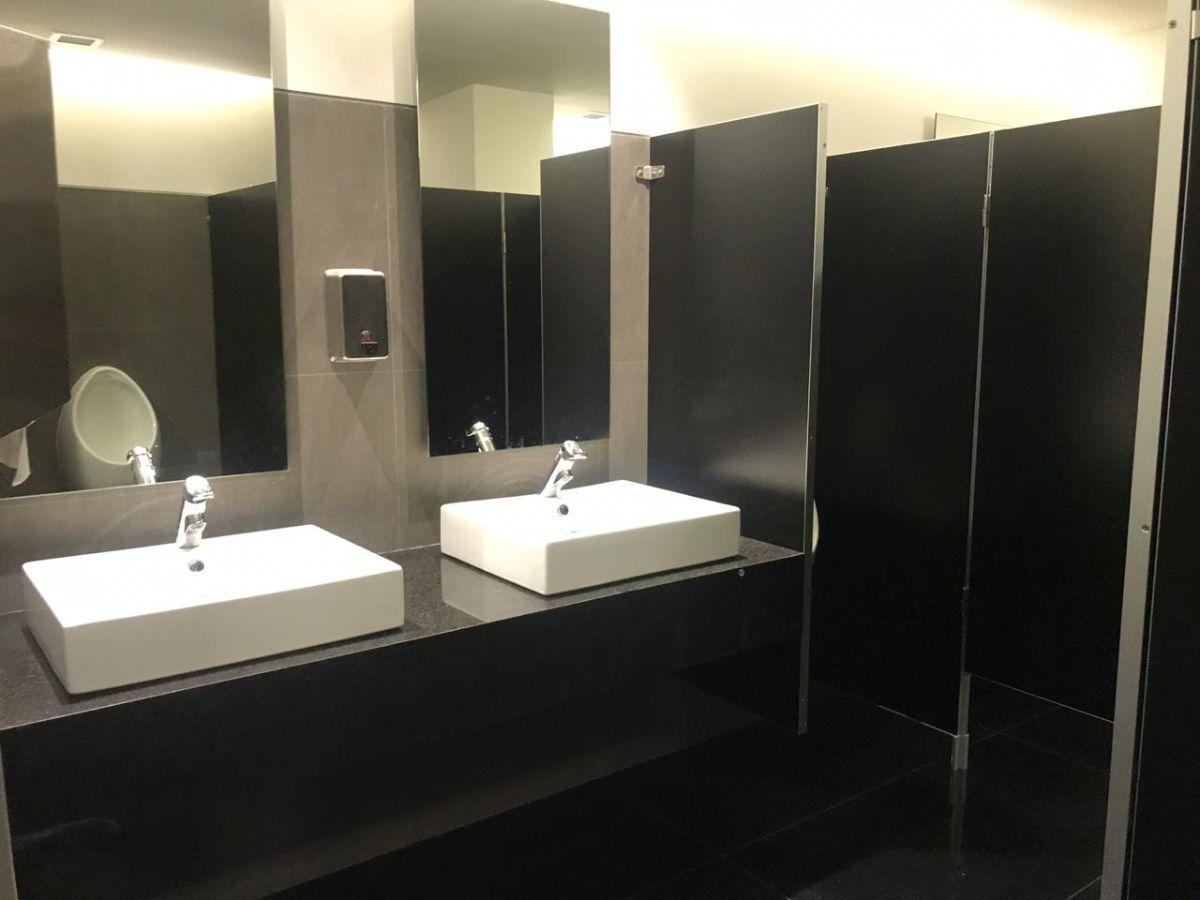 9 de 15: Baños de hombres y mujeres