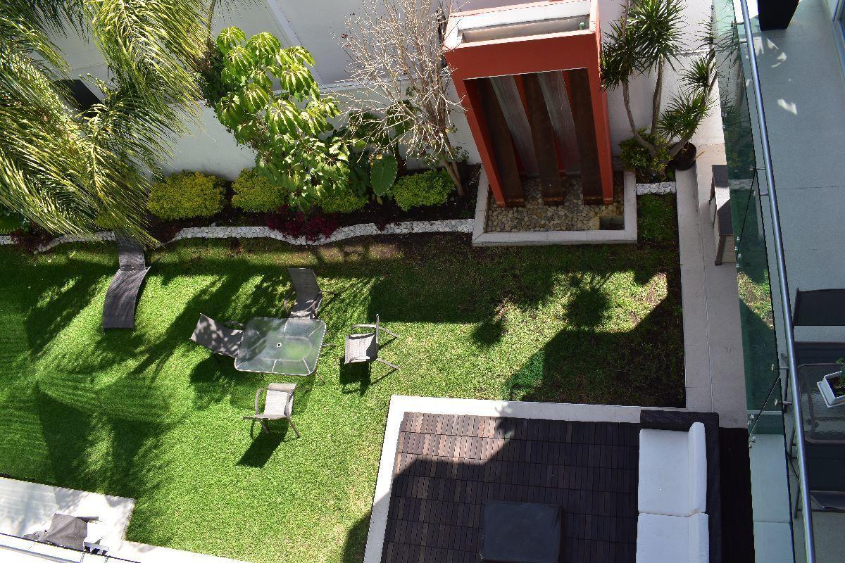 19 de 50: Terraza y jardín