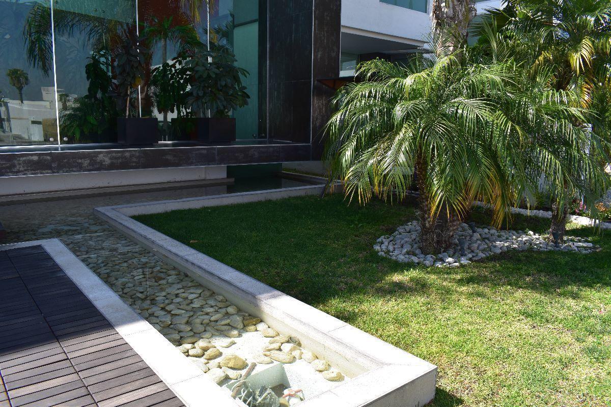 5 de 50: Jardín y fuente frontal