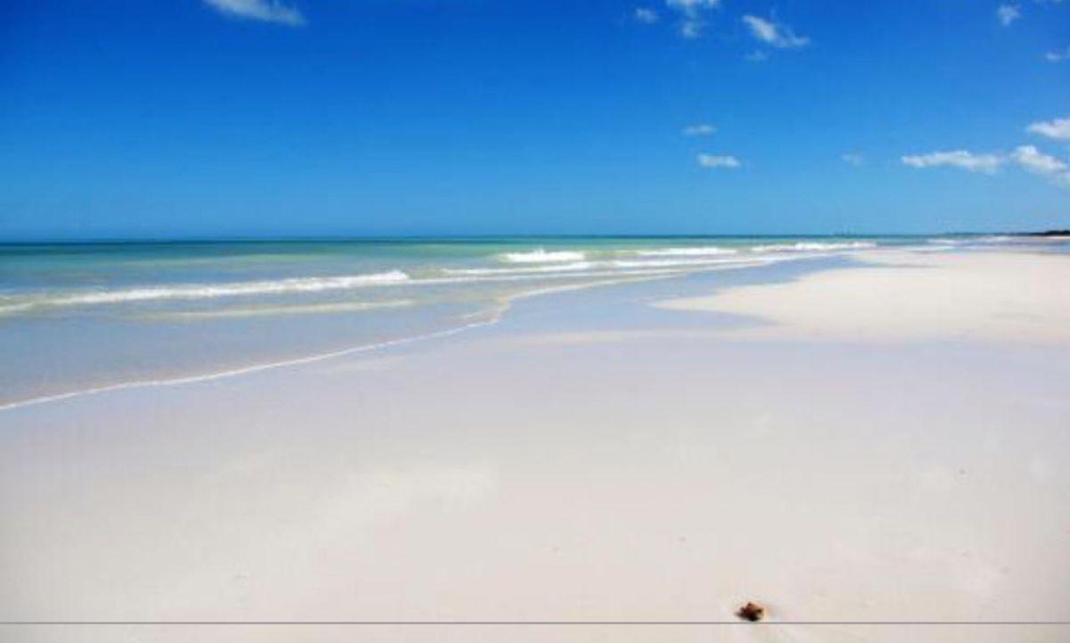 3 de 6: Arenas blancas y aguas con con azules del mar caribe.