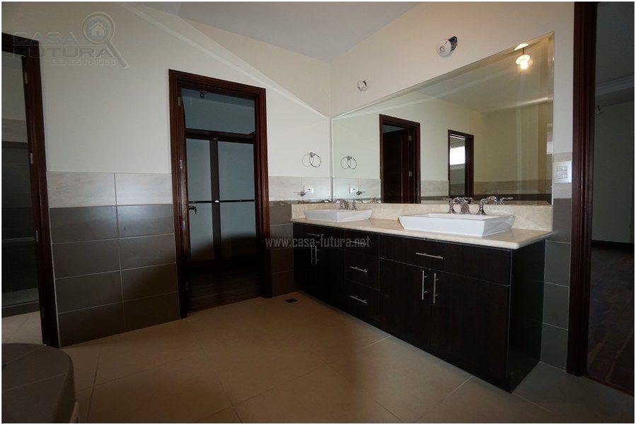 17 de 41: Baño principal con doble lavamanos y jacuzzi