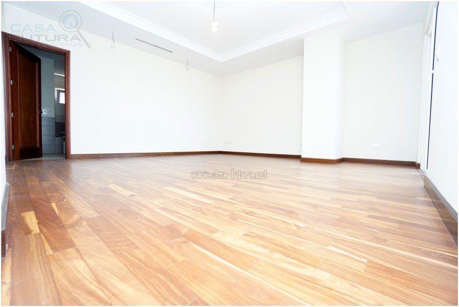 10 de 41: Dormitorio principal con piso laminado