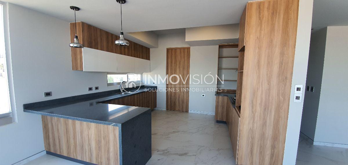 13 de 16: Cocina con barra y amplios espacios