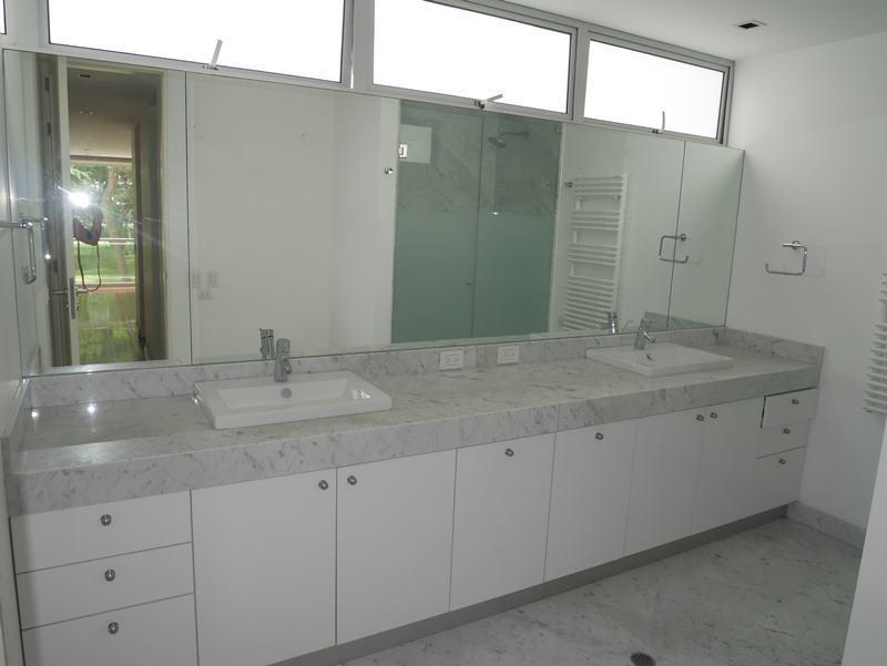 17 de 31: Baño Principal con acabados en mármol