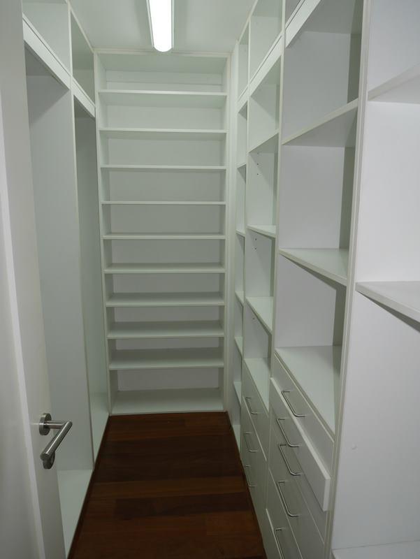 20 de 31: Uno de los dos walk-in-closets gemelos del dormitorio princ.
