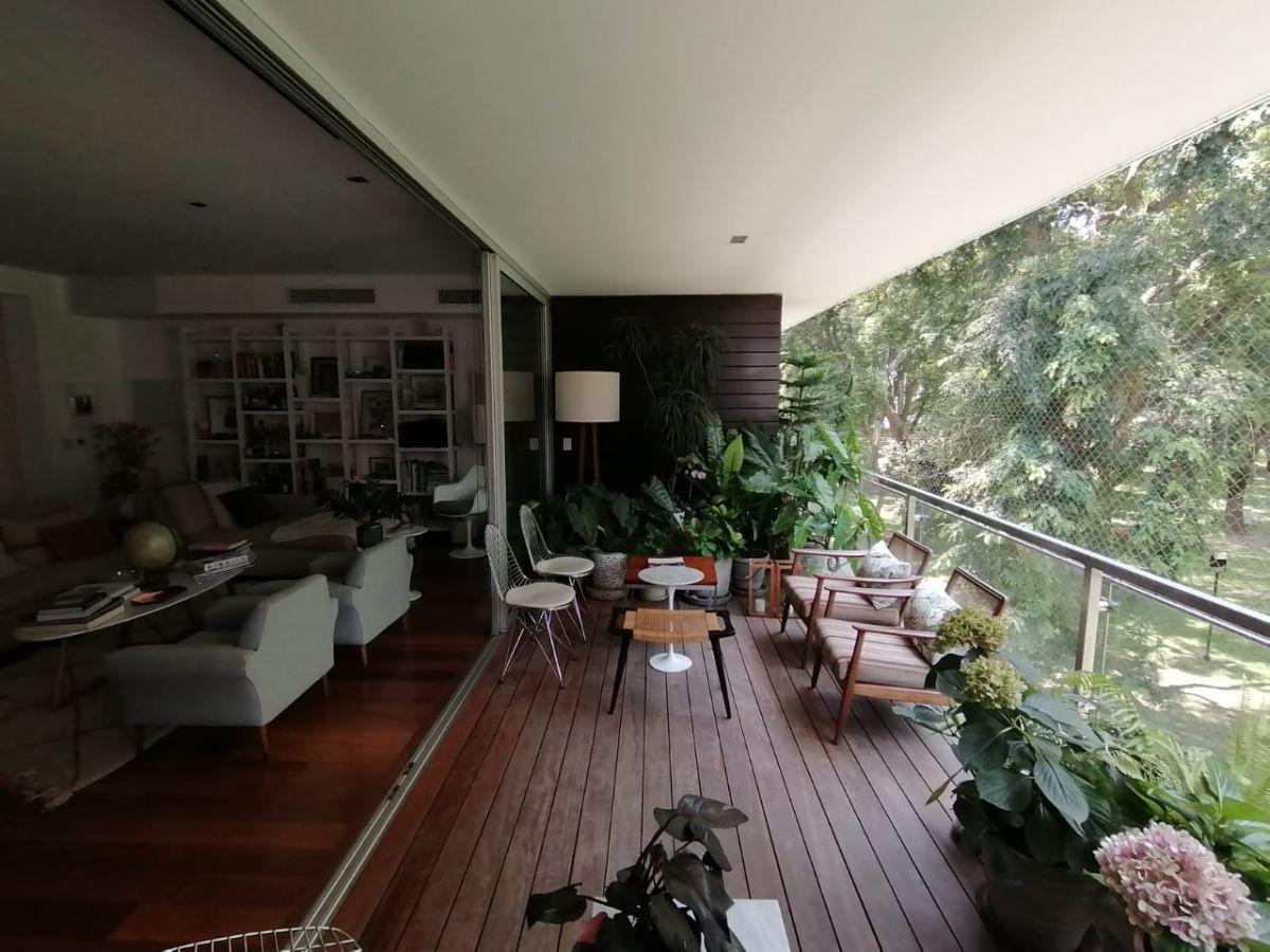 14 de 31: Hermosa Terraza con piso en deck con vista directa al parque