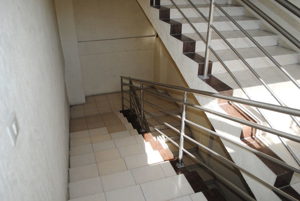 8 de 11: Escaleras de acceso a 2do nivel