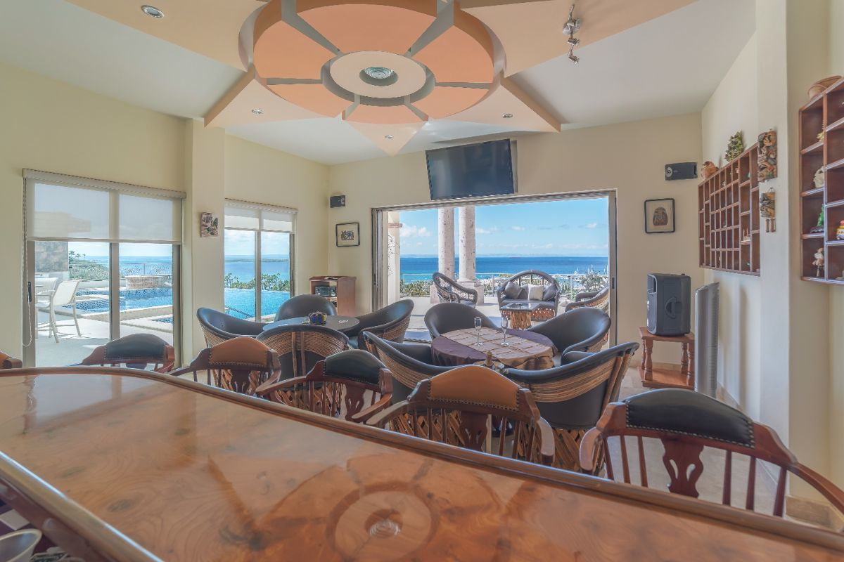 2 de 26: bar con una espectacular vista al mar y a la alberca.
