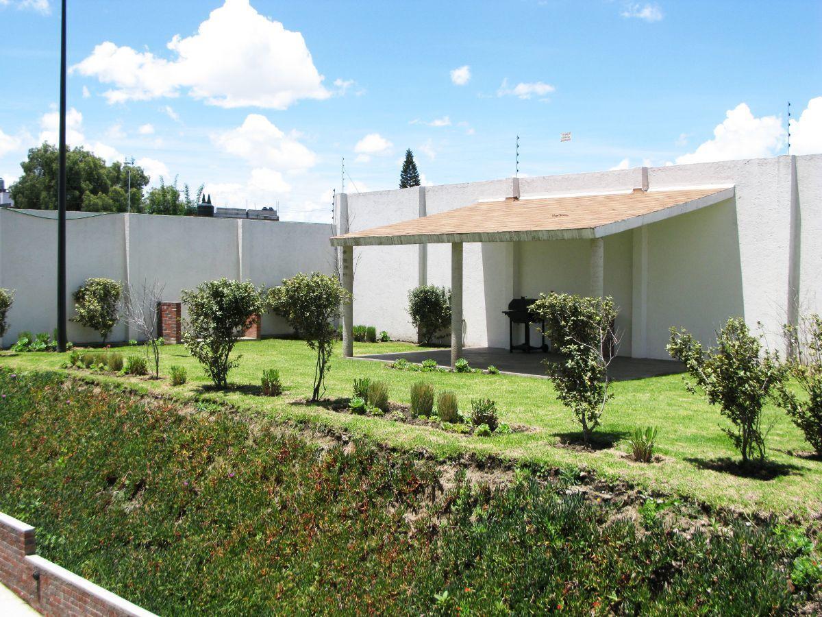 3 de 13: Jardín y área de asador para el uso común.