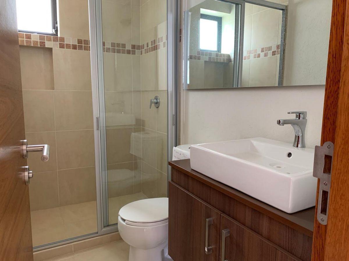 10 de 13: Baño completo para recámaras secundarias y de visitas.