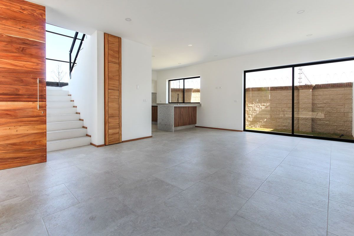 3 de 18: Sala / Comedor con piso interceramic en tonos grises.