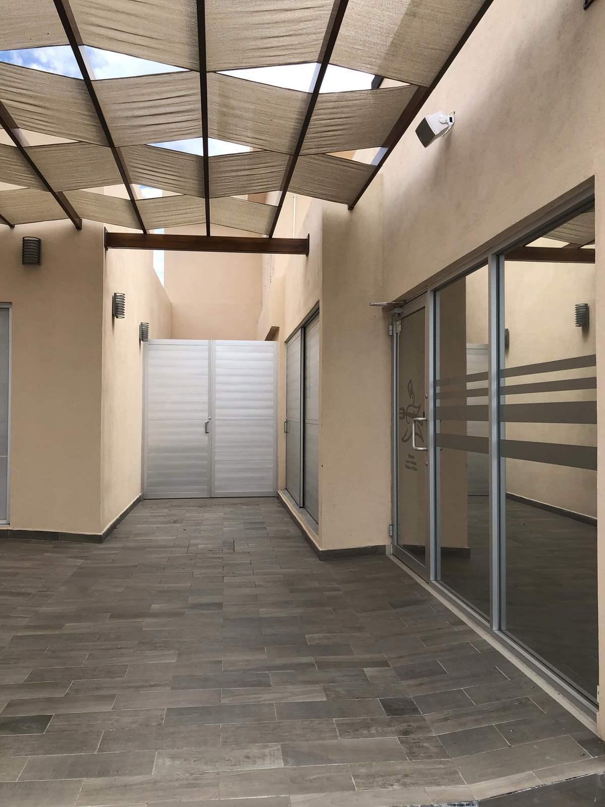2 de 6: Entrada del local puertas de cristal y acceso a baños.