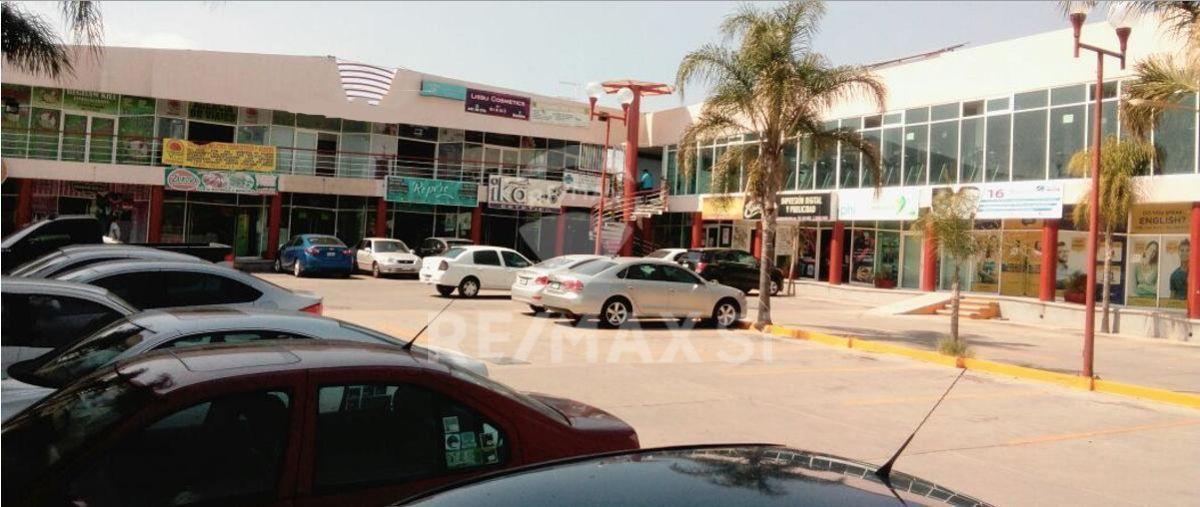 3 de 3: Plaza Comercial con estacionamiento