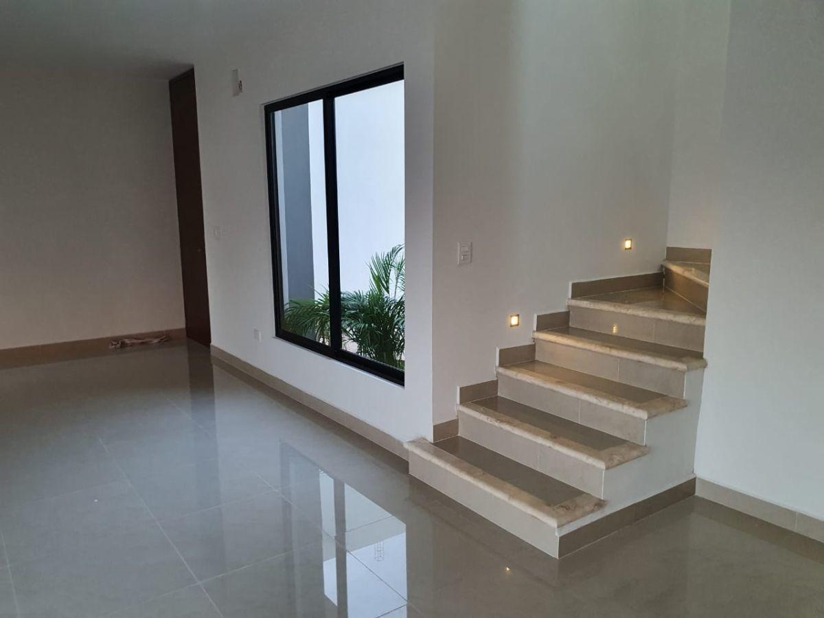 8 de 19: Escalera de marmol