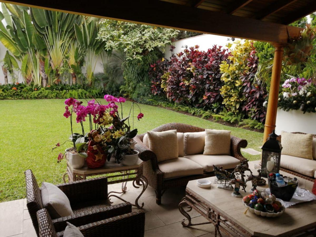 4 de 12: Hermoso Jardín con gran terraza y piscina