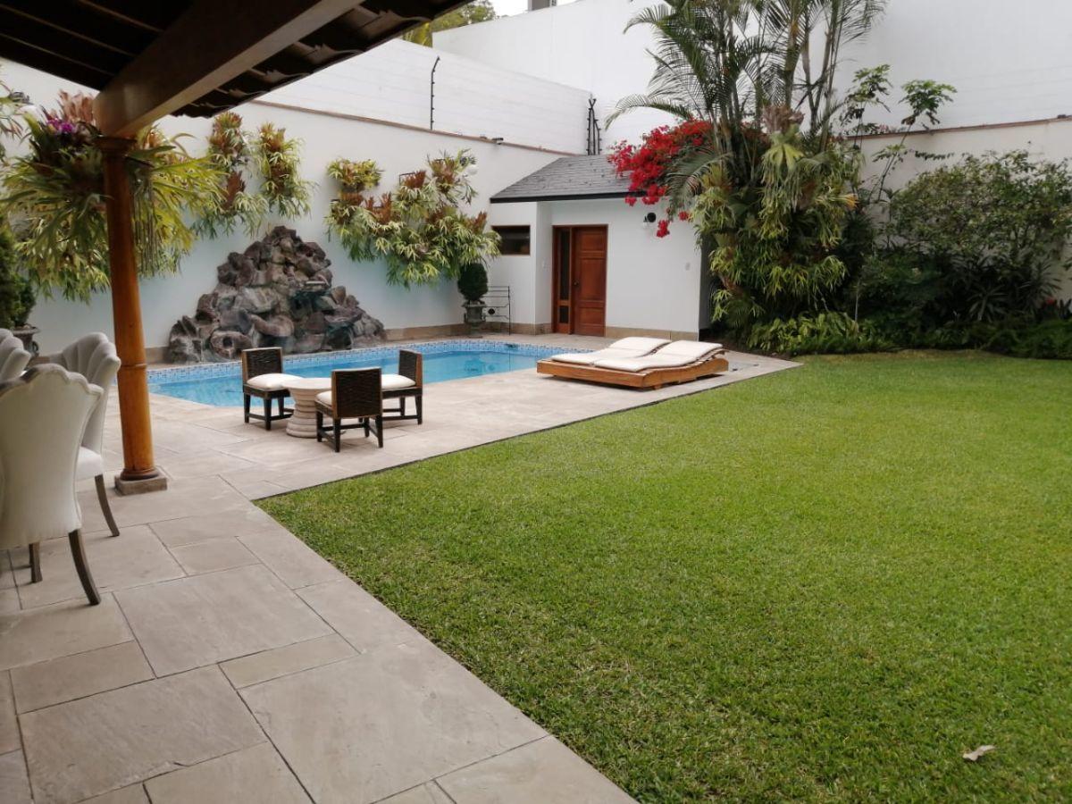 2 de 12: Hermoso Jardín con gran terraza y piscina