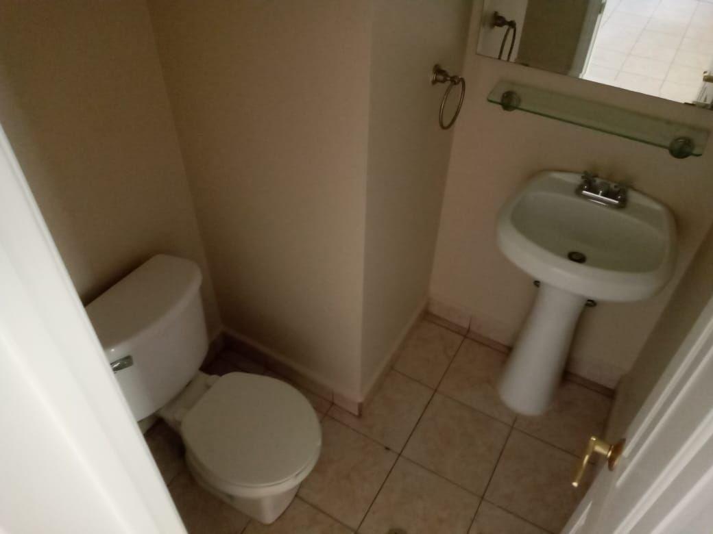 4 de 23: Medio baño de visitas