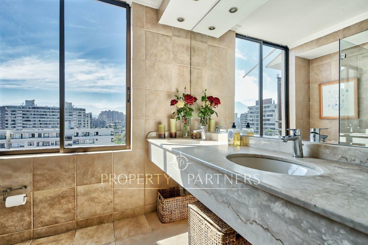 8 de 12: Baño principal en suite