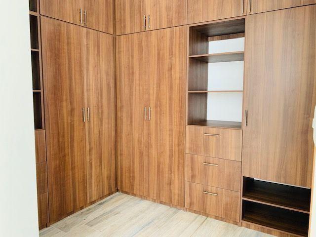 10 de 13: Amplio closet de recámara principal