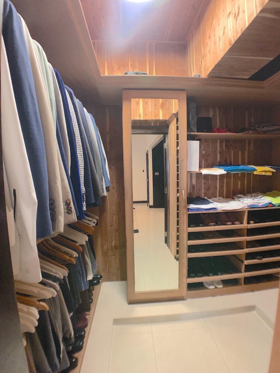 15 de 16: Todos los Walk-in closet revestidos y forrados en cedros