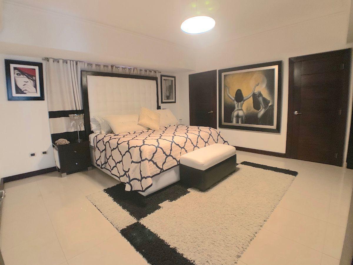 6 de 16: Amplia habitación principal