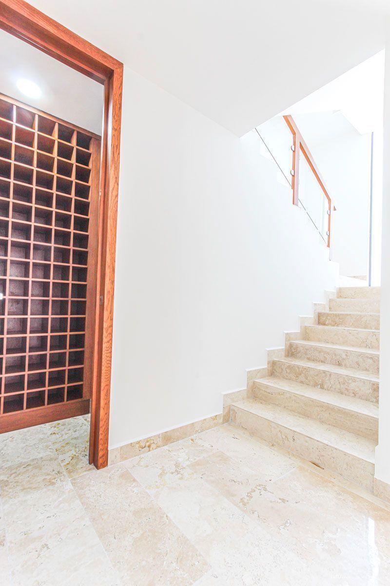 7 de 16: Cava y bodega debajo de la escalera