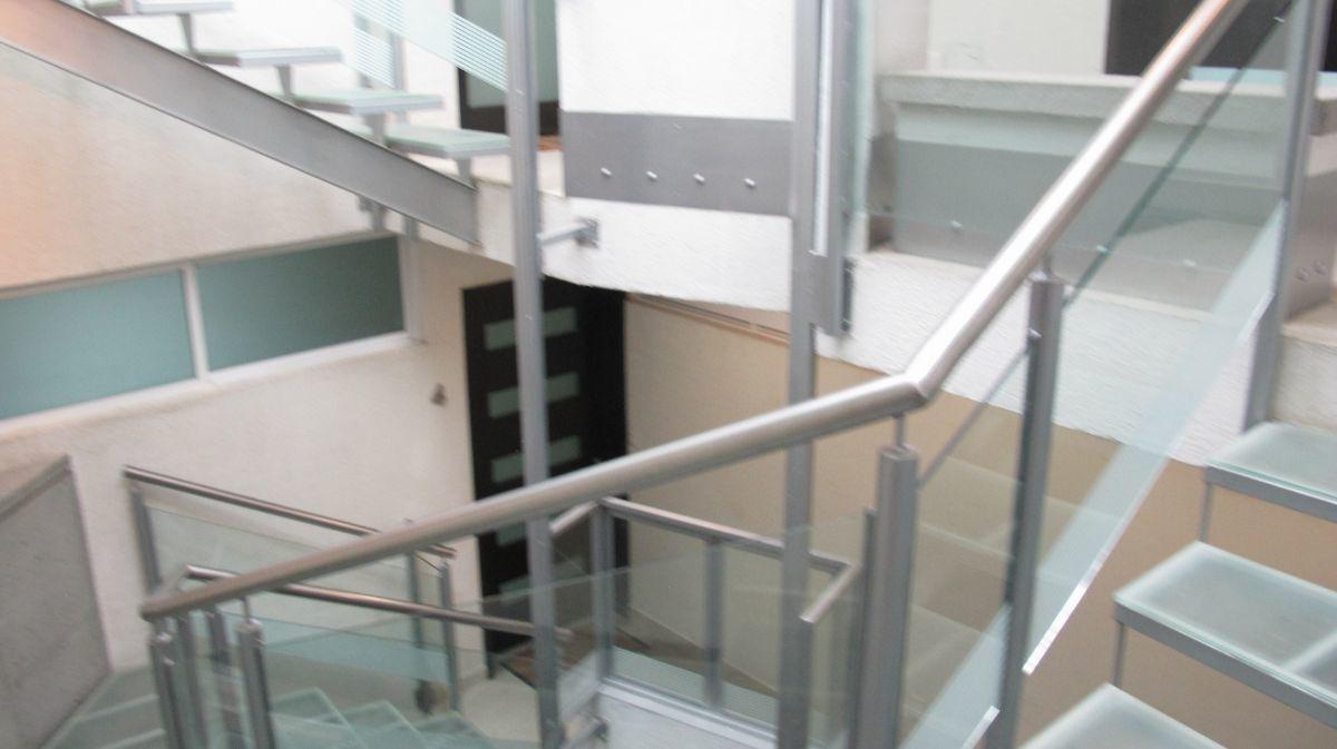 3 de 20: Escalera con elevador para pequeño para el super.