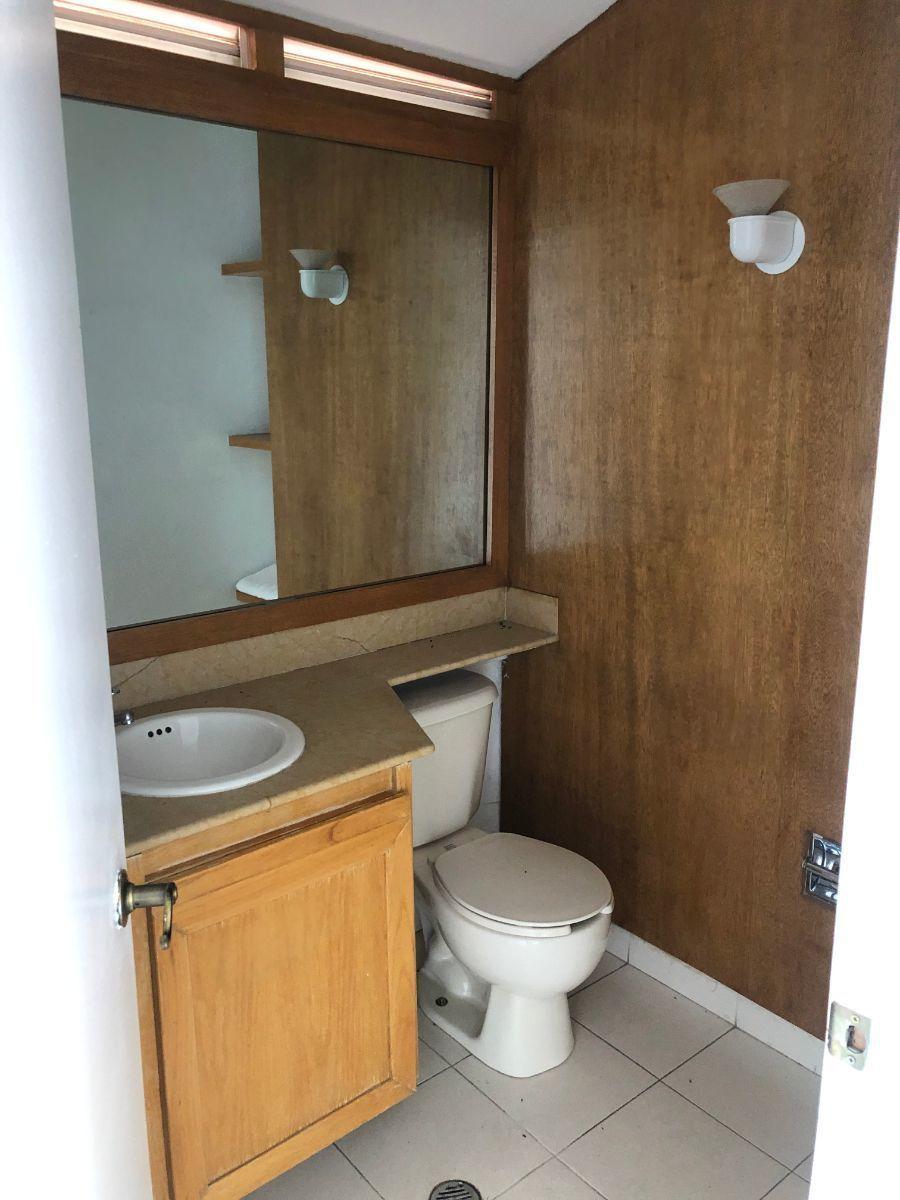 27 de 35: Medio baño del family room